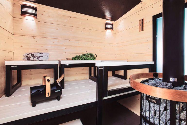 Saunaa kannattaa puhdistaa ja hoitaa säännöllisesti muutaman kuukauden välein. Näin sauna pysyy kunnossa pidempään.