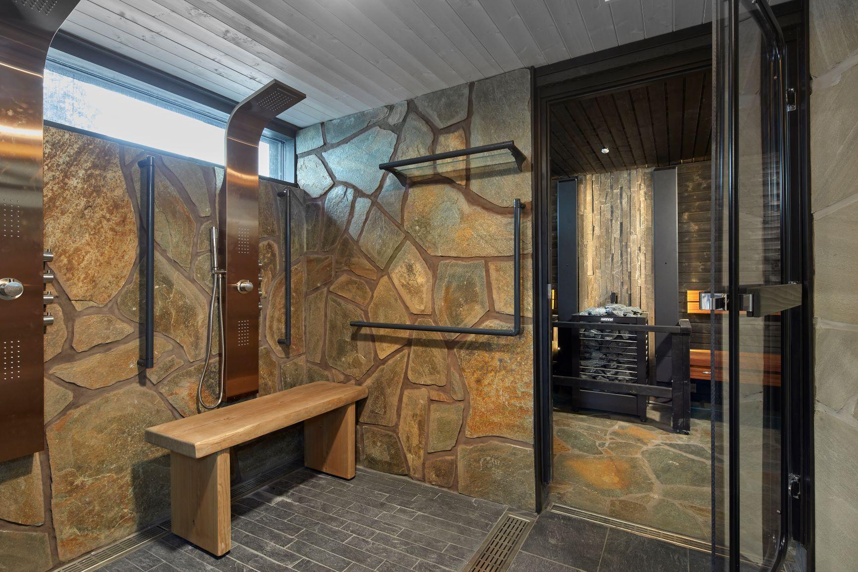 Esteetön sauna ja sen turvallinen ovi.